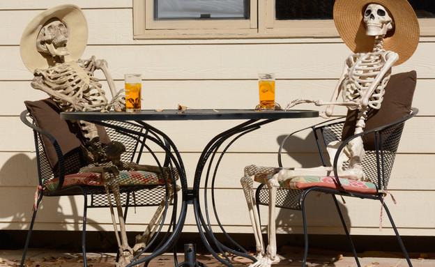 שלדים יושבים במרפסת (צילום: kateafter   Shutterstock.com )