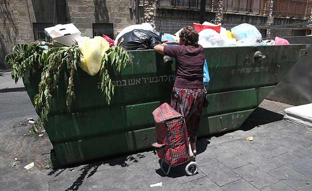 קשיש, קשישה, פח, פחים, עוני, מחטט, זבל (צילום: פלאש 90 , נתי שוחט, חדשות)