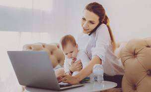 אמא עם תינוק מול מחשב (אילוסטרציה: kateafter | Shutterstock.com )