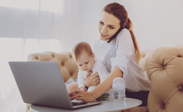 אמא עם תינוק מול מחשב (אילוסטרציה: By Dafna A.meron, shutterstock)
