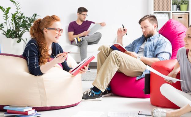 צעירים לומדים (צילום: shutterstock)