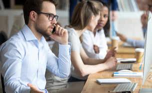 גבר במשרד (צילום: kateafter | Shutterstock.com )