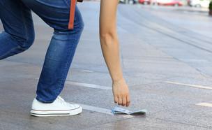 אדם מריף כסף מהרצפה (אילוסטרציה: kateafter | Shutterstock.com )