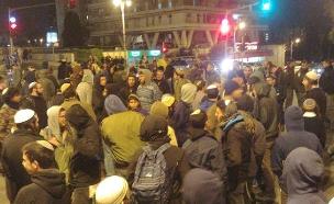 מפגינים חוסמים את כיכר פריז בירושלים (צילום: צילום: עמיחי בן דוד/TPS, חדשות)
