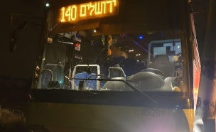 """האוטובוס שנפגע מהירי, הלילה (צילום: הצלה ללא גבולות יו""""ש, חדשות)"""