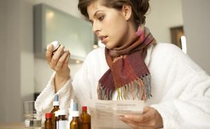 אישה לוקחת תרופות (צילום: shutterstock)