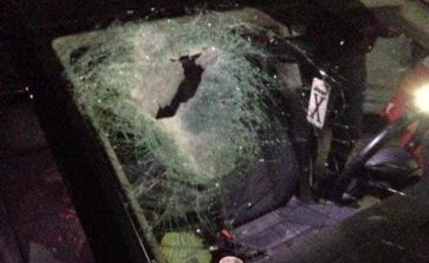 """פגיעת האבן ברכב בשומרון (צילום: """"אל-קודס"""", חדשות)"""