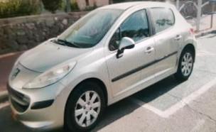 מכונית בחניה