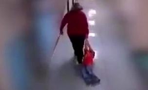 מורה גוררת ילד אוטיסט (צילום: חדשות)