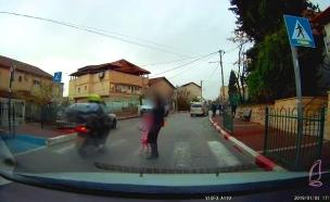 רוכב קטנוע כמעט דורס אם ובת במעבר חציה (צילום: רשתות חברתיות, חדשות)