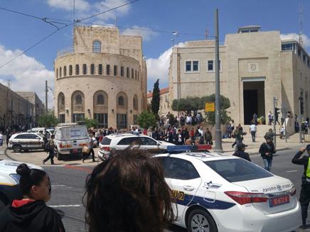 זירת פיגוע הדקירה ברכבת הקלה בירושלים