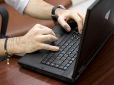 כותבים כדי להתסיס (צילום: Elena Crk, Shutterstock)