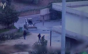 פעילי חזבאללה מגיעים לפתח פיר המנהרה המוצף בבטון (צילום: דובר צהל, חדשות)