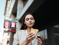 אישה אוכלת (צילום:  nelen, shutterstock)