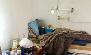 """מזעזע: קשיש מתגורר בדירה הרוסה (צילום: מתוך """"חי בלילה"""", קשת 12)"""