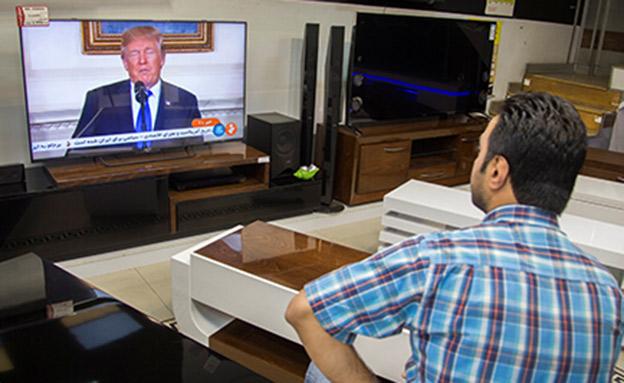 גבר באירן צופה בנאום טראמפ (צילום: רויטרס, חדשות)