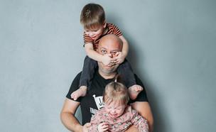 אבא לחוץ עם שני ילדים (אילוסטרציה: kateafter | Shutterstock.com )