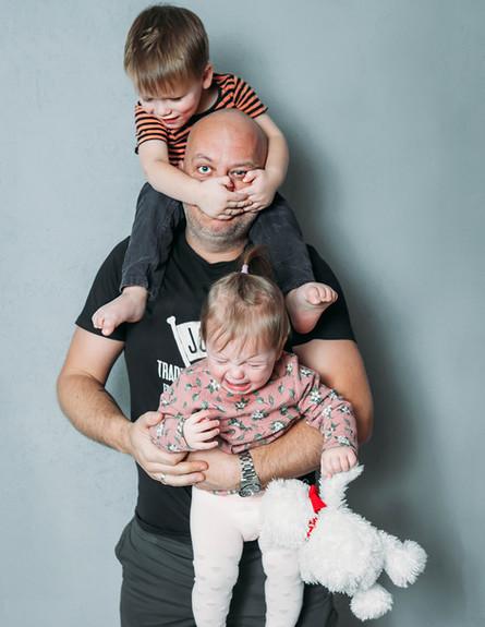 אבא לחוץ עם שני ילדים (אילוסטרציה: By Dafna A.meron, shutterstock)