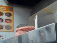 """הערב ב""""תוכנית חיסכון"""": מה יש בהמבורגר שלנו? (צילום: מתוך """"חדשות הבוקר"""" , קשת 12)"""