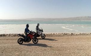 דני קושמרו בים המלח (צילום: החדשות)