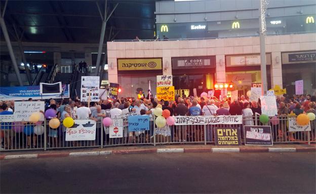 """ההפגנות נגד רה""""מ בפתח תקווה (צילום: חדשות 2)"""
