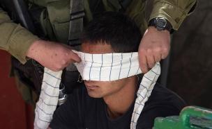 לוחמים אזקו והכו עצורים פלסטינים, אילוסטרציה (צילום: רויטרס, חדשות)