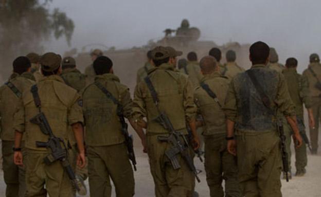 הצבא צועד על קיבתו? (צילום: AP, חדשות)