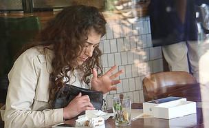 רוני דלומי לבד בבית קפה (צילום: פול סגל)