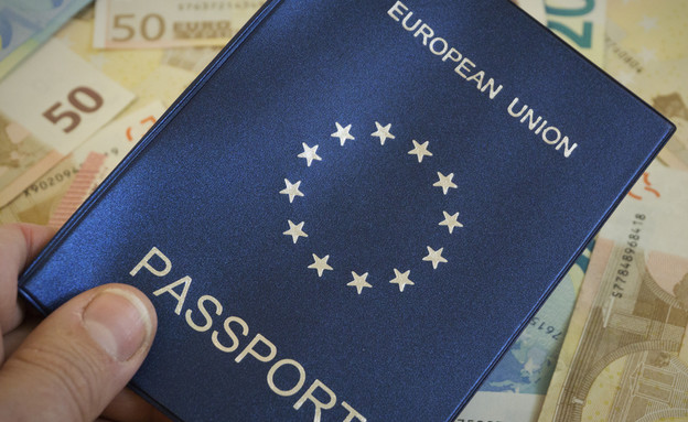 דרכון אירופי (צילום: By Dafna A.meron, shutterstock)