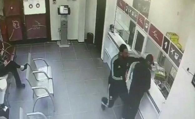 תיעוד: שודד נאבק עם שוטרים סמויים (צילום: חדשות)