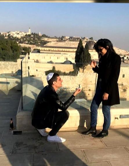 שלף טבעת: מגי אזרזר וקותי סבג התארסו (צילום: ערב טוב עם גיא פינס, שידורי קשת)
