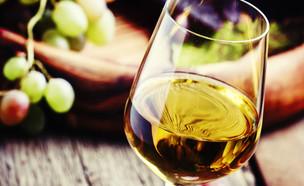 כוס יין לבן (צילום: shutterstock: By 5PH)