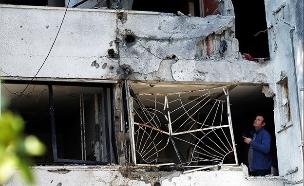 פגיעת הרקטה בבניין מגורים באשקלון (צילום: רויטרס, חדשות)
