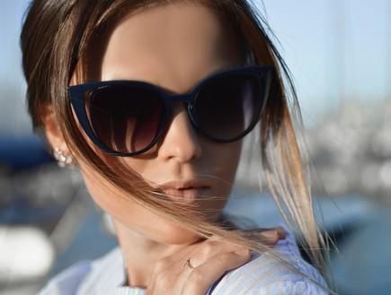 אישה מרכיבה משקפי שמש