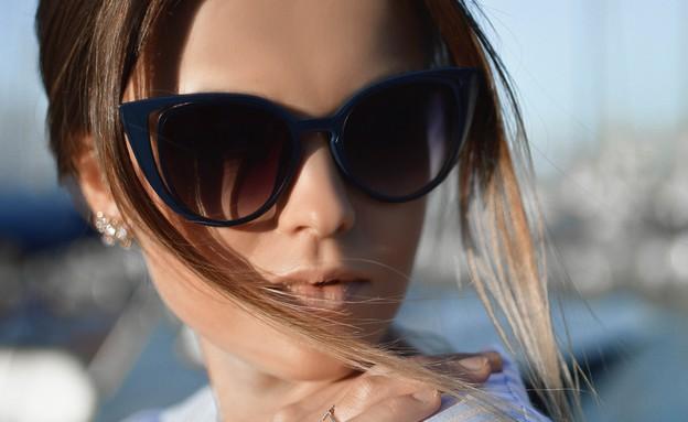 אישה מרכיבה משקפי שמש (אילוסטרציה: Tamara Bellis, unsplash)
