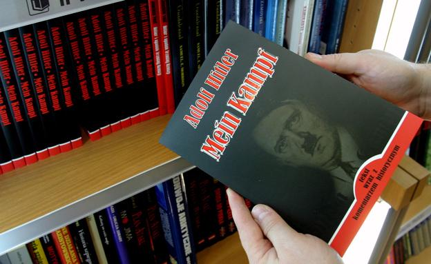 """ספרו של היטלר """"מיין קאמף"""", ארכיון (צילום: רויטרס, חדשות)"""