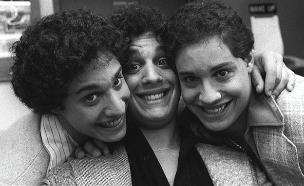 """הופרדו בלידה וגילו שהם חלק מניסו (צילום: מתוך הסרט : """"שלושה זרים זהים"""", חדשות)"""