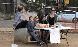 אנג'לינה והילדים במכירה (צילום: אינסטגרם - saraheramos)