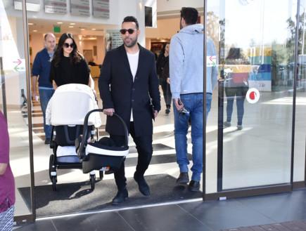 דודו אהרון ונטלי יוצאים מבית החולים, ינואר 2019 (צילום: צ'ינו פפראצי, יחסי ציבור)