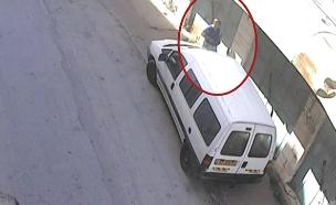 משקיף זר מנקב צמיגים בחברון (צילום: מצלמות אבטחה , חדשות)