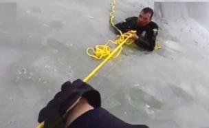 שוטרים ניסו לחלץ נער שנתקע ונפלו בעצמם למים (צילום: CNN, חדשות)
