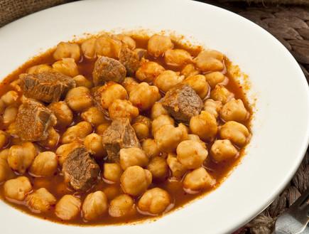 תבשיל בשר וגרגירי חומוס (צילום: gorkem demir, ShutterStock)