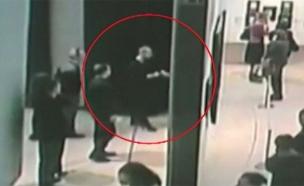 מוריד את הציור מהקיר ללא הפרעה. תיעוד (צילום: Sky News, חדשות)