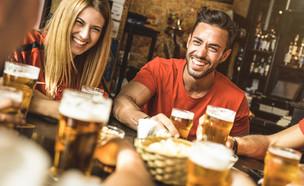חברים שותים בירה (צילום: shutterstock | View Apart)