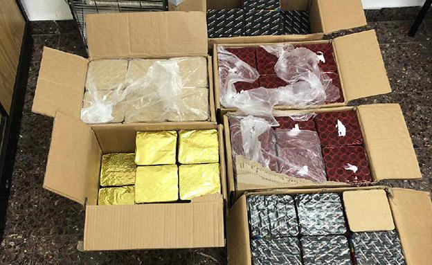 זיקוקים ובקבוקי תבערה שנתפסו בכפר מנדא (צילום: דוברות המשטרה, חדשות)