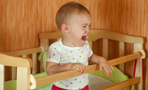 תינוק בוכה בלול (אילוסטרציה: By Dafna A.meron, shutterstock)