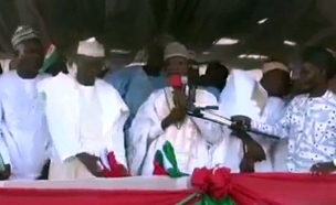 צפו: הבמה התמוטטה בכנס פוליטי (צילום: חדשות)