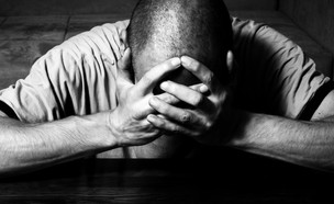 גבר סובל (צילום: shutterstock | Srdjan Randjelovic)