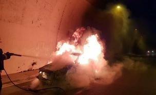 צפו: מאמצי הכיבוי במנהרת הראל (צילום: דוברות כבאות והצלה, חדשות)