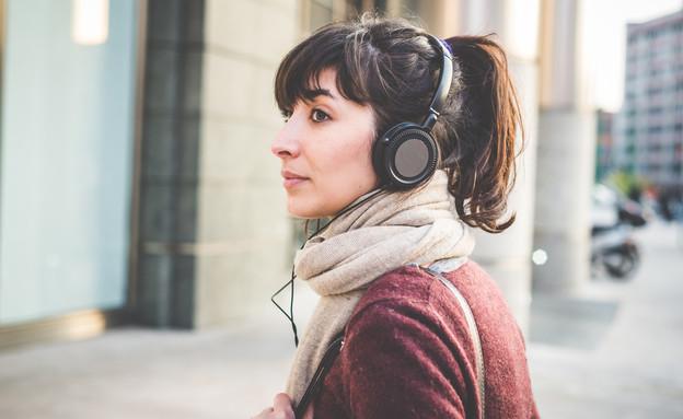 אוזניות, אישה (צילום: Shutterstock/Eugenio Marongiu)